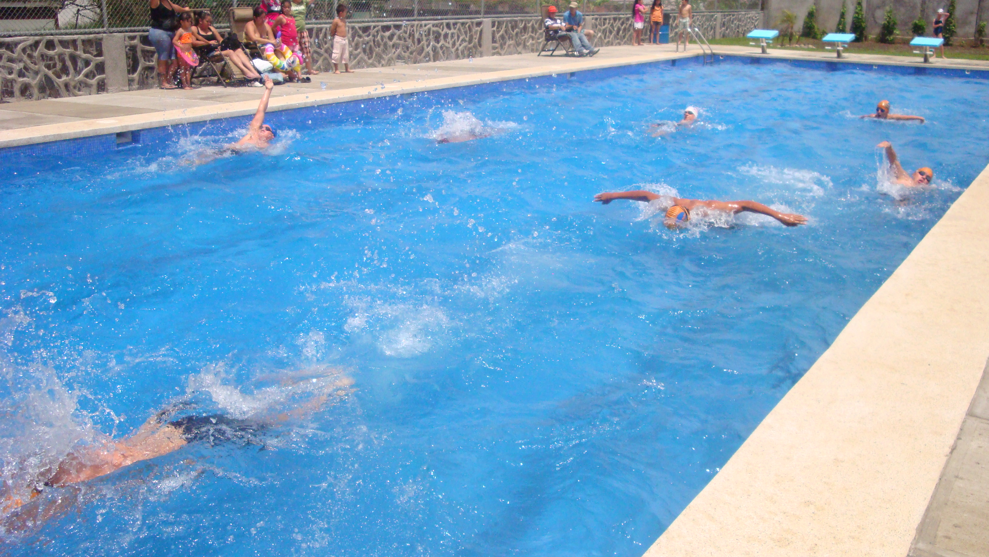 Vecinos de curridabat tienen piscina semi ol mpica for Metros piscina olimpica