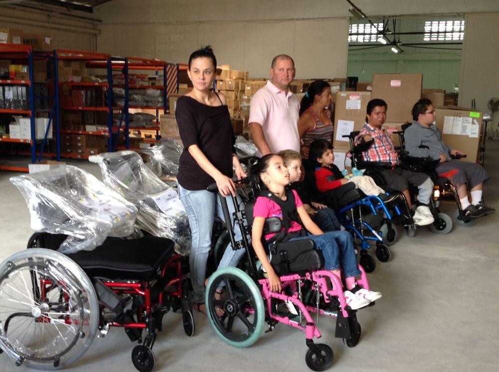 Donaci n de 100 sillas de ruedas beneficia a ni os for Sillas para nino de 5 anos