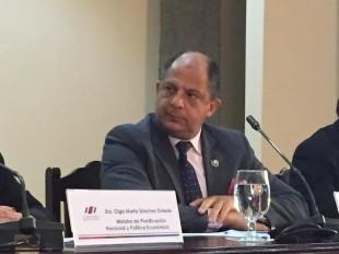 El presidente Luis Guillermo Solís exaltó iniciativa de salario global del ICE e instó a otras institucionales a adoptarlo. CRH.