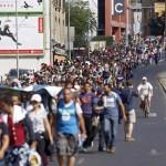 Refugiados comienzan a salir de Budapest a pie hacia Austria