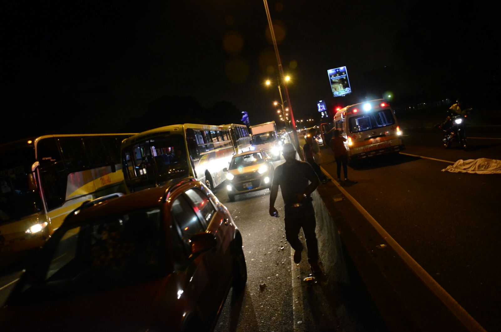 Peatón pierde la vida al cruzar autopista General Cañas