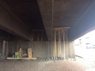Bajo la estructura hay tablas de madera.CRH